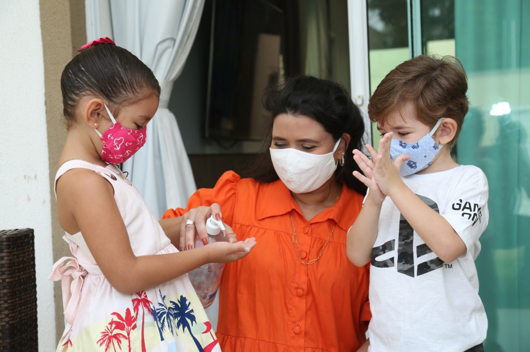 Nicole Mel, 5, e Ivens, 4, filhos de Sibelle Rezende, entendem cuidados necessários na pandemia e cobram uso de máscara e álcool em gel